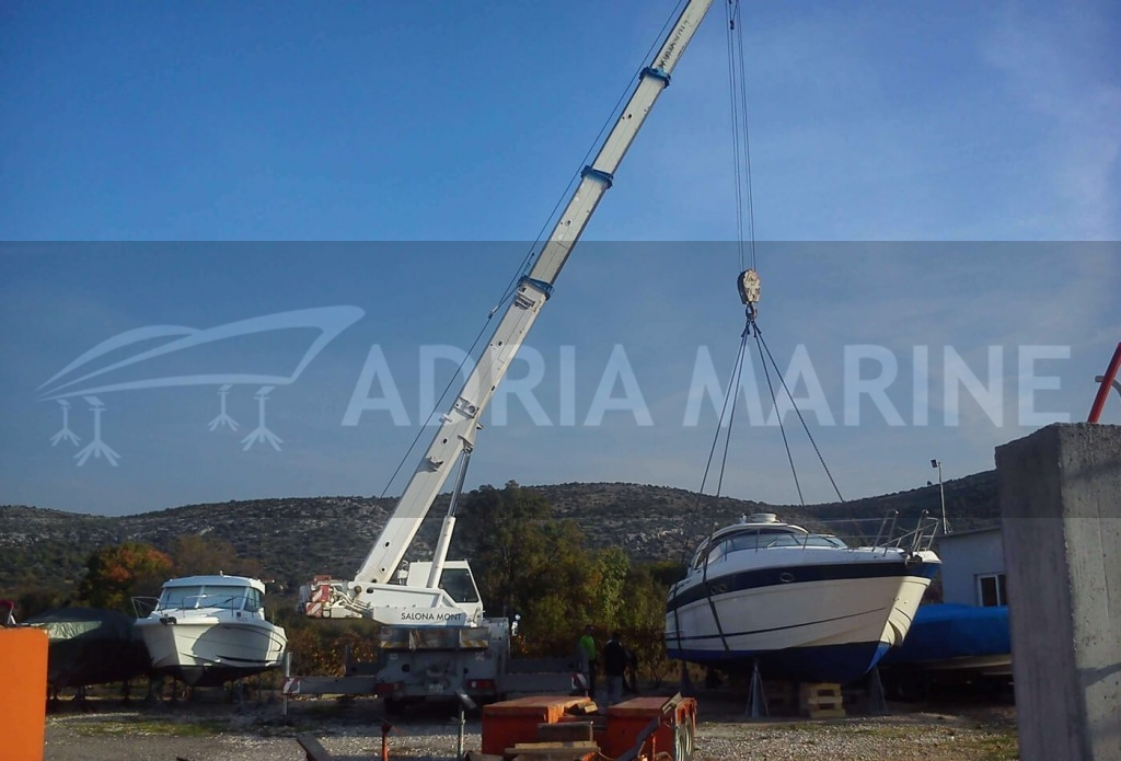 Unload yacht to dry marine