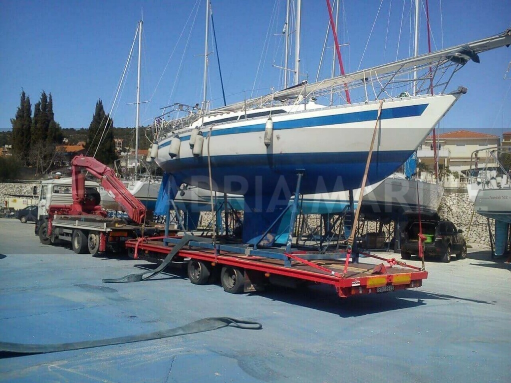 Transport sail boat to drydock